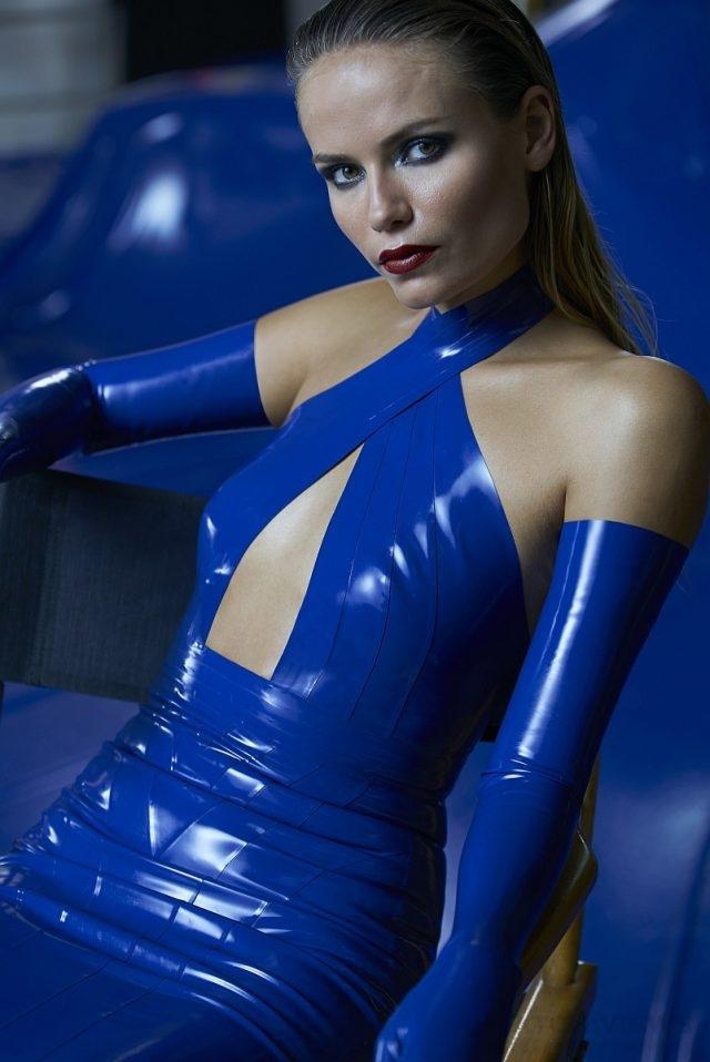 俄羅斯超模Natasha Poly一身超性感曲線畢露緊身裝入鏡。