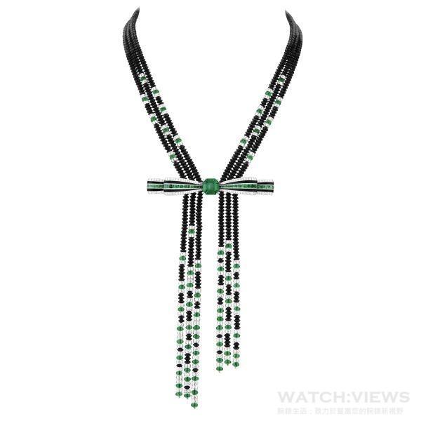 Ruban Graphique蝴蝶結項鍊,蝴蝶結能夠輕鬆拆下單獨做為胸針配戴,蝴蝶結中央鑲嵌重達4.4克拉的哥倫比亞祖母綠。