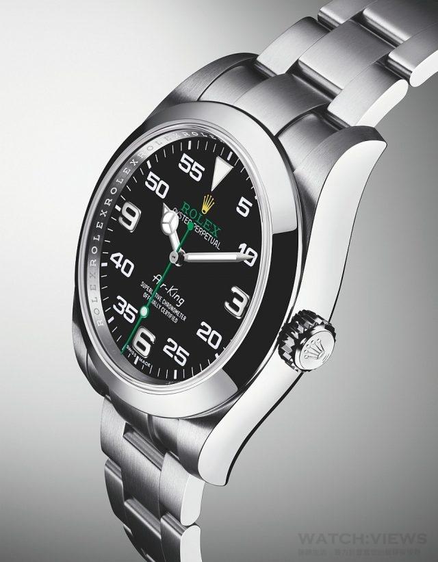 Air-King蠔式恒動空中霸王型腕錶的蠔式錶殼是堅固的典範之作。早在1933 年,「侯斯頓遠征」(Houston Expedition)的飛行員就曾在首次飛越珠穆朗瑪峰的航行中佩戴勞力士蠔式腕錶。航程在極端惡劣的天氣下完成,飛行高度逾海拔10,000米(約33,000 呎)。