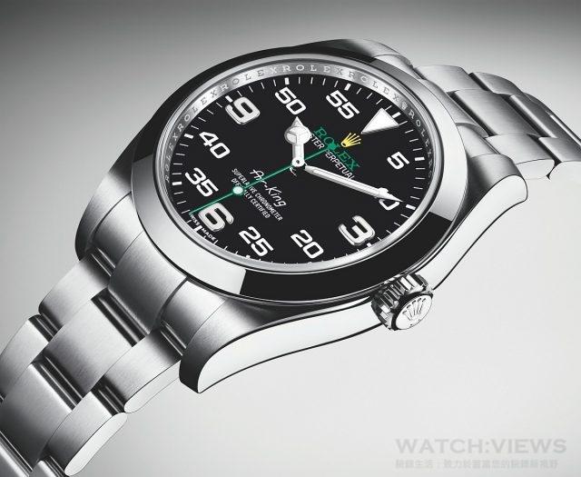 新款Air-King 腕錶的錶殼直徑為40 毫米,以904L 鋼鍛造。黑色錶面富個性,3、6 及9 點鐘位置標示特大的阿拉伯數字,分鐘刻度則顯眼突出,以便航行時能清楚讀時。錶面上的「Air-King」字樣,所用字體於五十年代專為原款腕錶而設計。