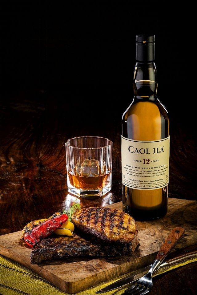 夜市隨處可見的滷味就是卡爾里拉〈Caol Ila〉12年單一麥芽威士忌年的天生絕配,兩者的煙燻香氣雖然來自於不同的處理方式,然而異曲同工,都能與肉類達成極佳的共鳴。例如煙燻滷味、燻茶鵝、黑白切及鯊魚煙,都是不容錯過的搭配組合。若想要品嘗與西式餐點的搭配,塗抹上好橄欖油的法國麵包或是多汁的西班牙臘腸也是不錯的選擇。
