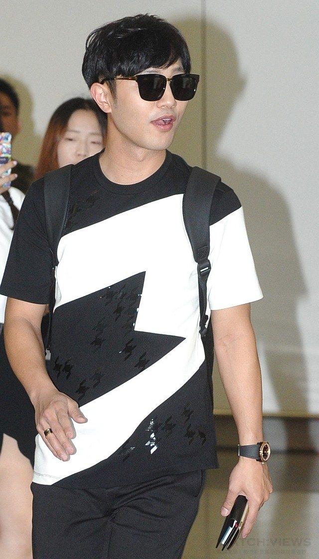 韓星晉久配戴寶格麗OCTO ULTRANERO SOLOTEMPO腕錶現身香港機場