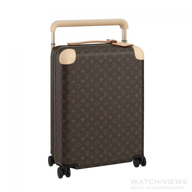 整個行李箱外殼的進化。以增加了硬度和強度的新PP(聚丙烯)材質,灌模到具有數層的立體類網紗上,製作出超薄超輕彈性佳且耐摔的箱殼。而Louis Vuitton經典的Monogram帆布材質,也在完全不破壞原有設計特色下,減輕了幾乎50%的重量。