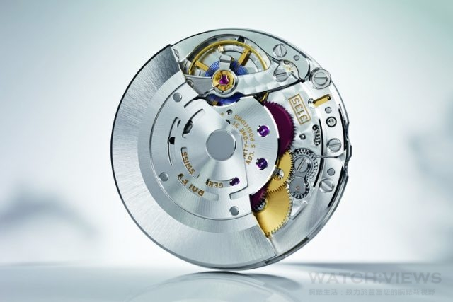 勞力士3135 型雙向自動上鏈機芯備有順磁性藍色Parachrom 游絲、勞力士末圈、慣性微調平衡擺輪及四顆金微調螺母,能精確調校時間。
