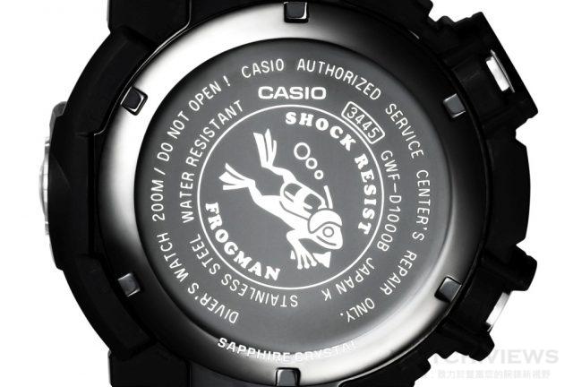 G-SHOCK FROGMAN 潛水專用蛙王 GWF-D1000背蓋將原有背著氧氣筒的潛水蛙,換上手持探照燈、配戴潛水帽的潛水蛙。