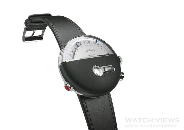 KLOK-02腕錶首先令人注意到的是劃過腕錶十二點位置,大型的逆跳分針與秒針。但其實腕錶真正的魔法,是在下方的兩個視窗。圓形視窗為跳時顯示,右方則是城市名稱,所列的城市是全球24個時區的代表城市。可透過按壓四點位置按把改變。