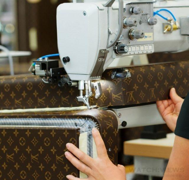 同Louis Vuitton傳統硬殼箱一樣,箱邊設置了90度的支撐鉸鍊,能在開箱時讓另半面箱子成L型立起。