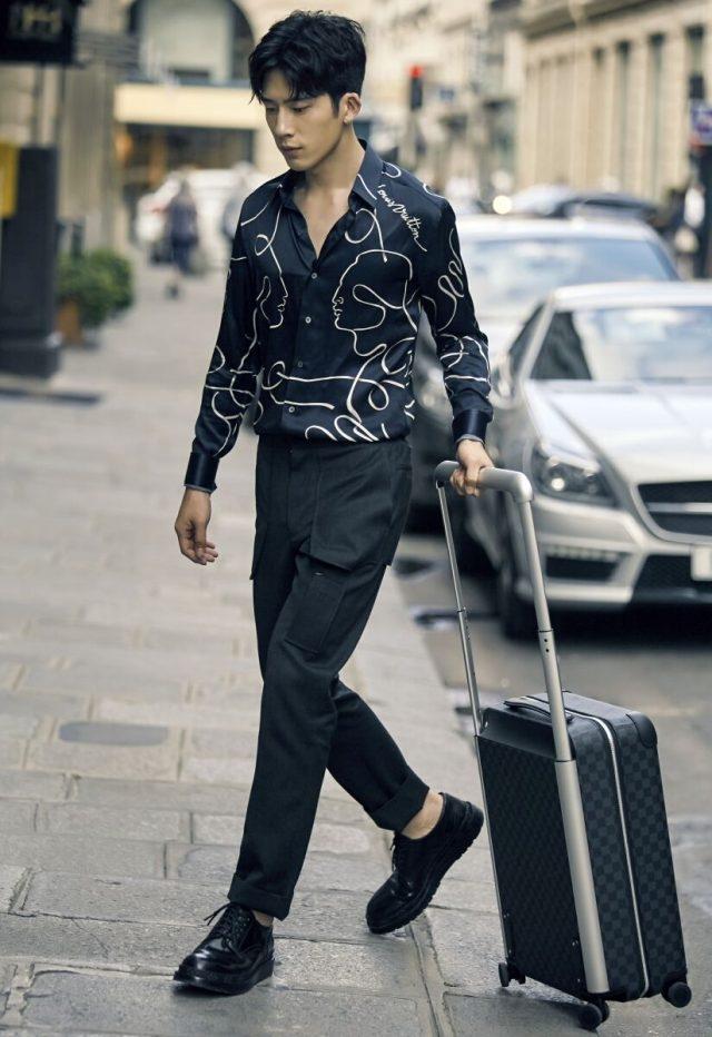 如同Vuitton一百多年前的行李箱一樣,箱子的四角和把手都包上Cowhide牛皮,以提供使用時最大的舒適度與不用時最不占空間的方便。