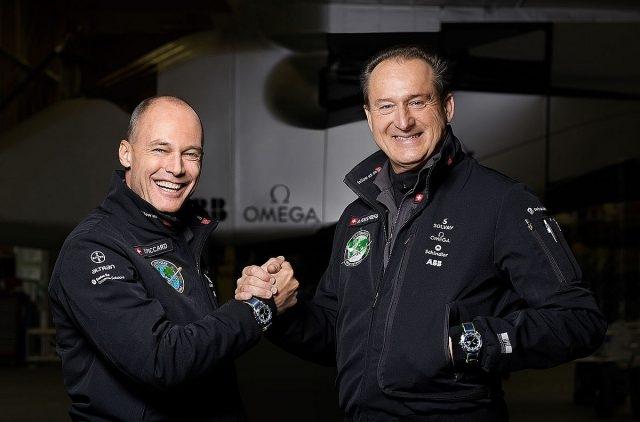 Solar Impulse 的創辦人及飛行員Bertrand Piccard以及André Borschberg佩戴超霸Speedmaster Skywalker X-33 「太陽能飛行計畫」Solar Impulse限量版腕錶合影