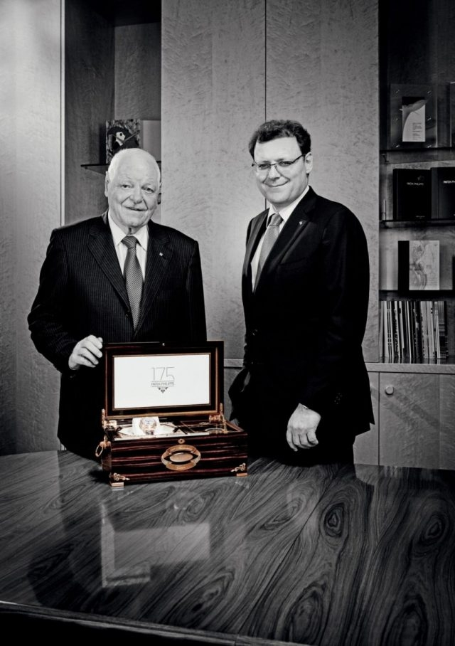 百達翡麗致力於讓每一只出廠的腕錶都能夠代代相傳、盡享欣賞時間運轉的樂趣。為了提供這樣的高品質要求,持續性的保養與維修更顯重要。圖為百達翡麗前總裁Philippe Stern與現任總裁Thierry Stern父子。