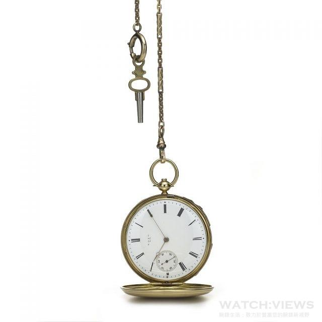 Tiffany 獵錶殼兩問懷錶 (1849年作品)男士獵錶殼,按壓連結槓桿可聽到時與刻報時的兩問懷錶。白色琺瑯瓷錶盤標示羅馬數字時標,小秒針面盤,金色寶磯式指針與上鏈鑰匙。外殼有一面刻著一匹奔騰的駿馬,另一面則是尖鳴的老鷹螺旋狀盤旋的圖騰,雙面皆以深色琺瑯突顯設計,懷錶下垂掛一長形鍊圈錶鍊與鑰匙。這是Tiffany與 Patek & Co.合作的早期作品,獵錶殼的設計原本是為因應狩獵時的嚴苛環境,但不久便成為最受歡迎的懷錶樣式,錶蓋刻劃的駿馬奔騰圖案可能暗示懷錶持有人對純種賽馬或對工業革命崛起、郊區生活消失導致社會氛圍變遷有著濃厚的興趣。