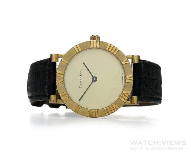 Tiffany Atlas 腕錶 (1989年作品)以高掛於Tiffany 旗艦店門外的Atlas大力神巨型時鐘為靈感而設計。Atlas大錶徑圓形金錶搭載瑞士製造石英機芯,錶圈以霧面設計創造羅馬數字的立體視覺效果,搭配皮質錶帶與金色錶扣,簡約優雅設計成為Tiffany經典雋永的腕錶款式。