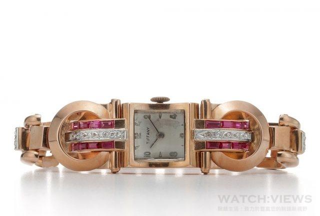 Tiffany Cocktail 腕錶 (1938-1945年間作品)長方形錶殼,水晶玻璃鏡面採路易十四風格造型,白色錶盤搭配狹長巴頓式指針與金色阿拉伯數字雙數時標。女仕鍊錶配備坦克形履帶,履帶環與環之間以鑽石或鑽石加紅寶石參差間隔。兩條鑽石與紅寶石鑲編的平行「緞帶」分別貫穿拖住錶盤的兩只圓形大金環。整體設計仿效紅白色緞帶貫穿鏈帶所呈現的效果。1940年代的履帶手環靈感經常源自於機械零件,例如腳踏車鏈條、坦客履帶或機關槍帶式彈匣。精密的鏈結結構經過設計顯得大器、厚實與立體。