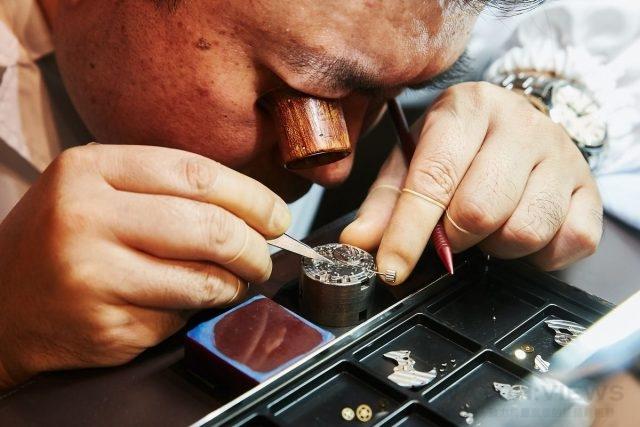 身為「雫石高級時計工房」組裝工房中的組裝大師,而熟稔的組裝技巧使他成為代表精工總廠前往世界各地進行組裝示範的最佳人選
