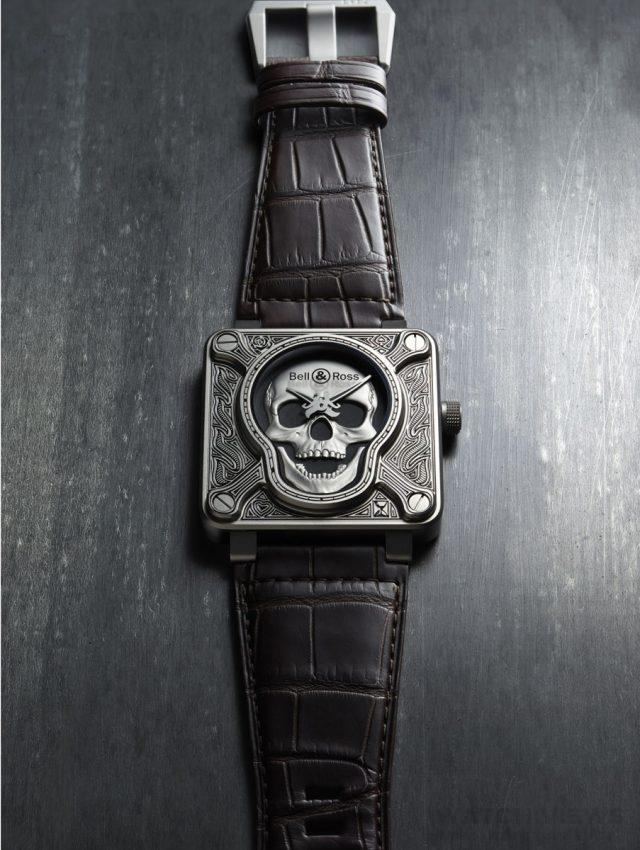 柏萊士Bell & Ross BR 01 BURNING SKULL46毫米雙層正方形316L精鋼錶殼,自動上弦機芯帶偏心螺旋上鎖錶冠,使指標軸精準位於骷髏圖案的正中心,錶殼正面與背面採用鐫刻和漆面工藝,帶夜光塗層的鏤空指針,匕首形時針,軍刀形分針,錶圈上刻有時標。藍寶石水晶玻璃錶鏡,防水100米,鱷魚皮錶帶,建議售價NTD264,700,限量500只。