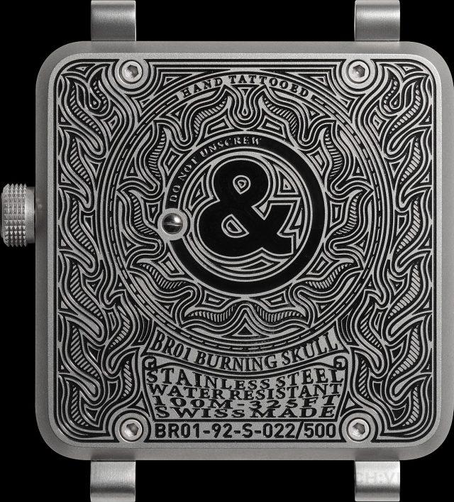 在腕錶的背面,即便是錶後蓋上顯而易見的刻文也如同來自真正的紋身圖案,彎曲的字母與手臂的輪廓吻合。