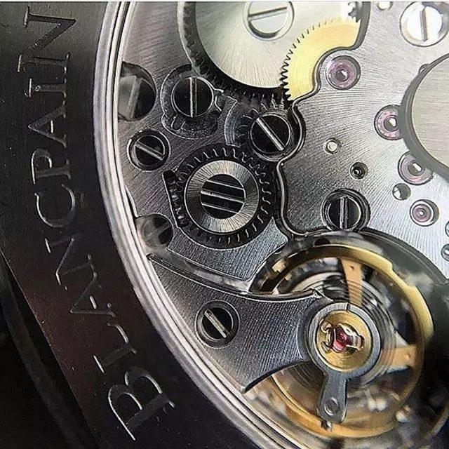 Cal. 1315機芯採用矽游絲,這是製錶界的一大創新材質,其關鍵特性主要包括:密度小且輕;抗震性強;防磁性佳。