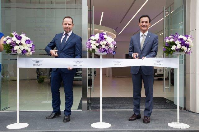 Bentley亞太區銷售暨行銷經理David Jackson(大衛˙傑克森)(左)親臨台北展示中心改建完工開幕儀式。