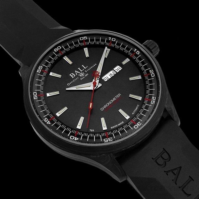 Engineer II Volcano腕錶受火山岩的外型所啟發,有著一個優雅的色調組合:黑碳錶殼搭配石板灰色面盤,再低調地配上一抹如火山熔岩般的紅色。