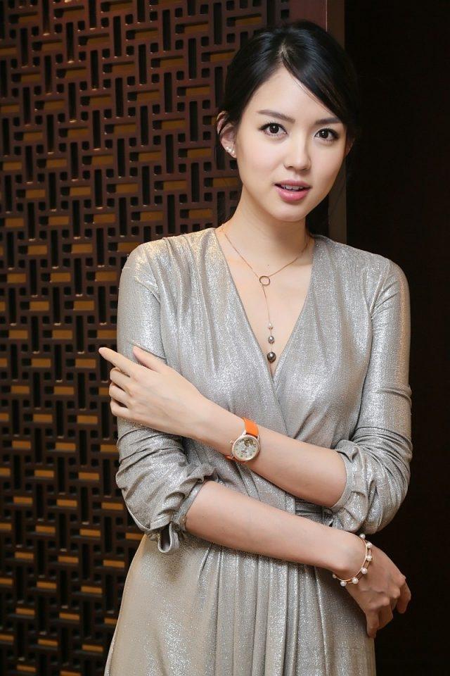 華人首位「世界小姐」全球總冠軍張梓琳配戴全新萬寶龍Boheme寶曦系列外置陀飛輪超薄珠寶腕錶,NT$1,500,400。