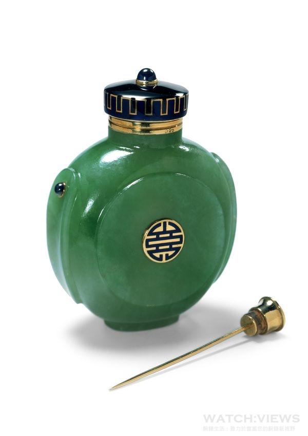 卡地亞典藏系列─香精瓶,卡地亞1925年製,由中國鼻煙壺改造而來,瓶身用整塊翡翠雕成,瓶蓋以黃金製作,瓶身和瓶蓋上裝點著凸圓形切割的藍寶石及黑、藍色琺瑯。