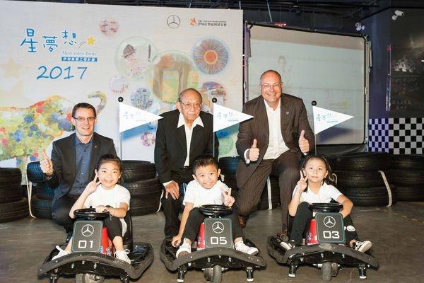 台灣賓士總裁邁爾肯(後排左起) 、伊甸董事長葉瀛賓、台灣賓士資融總經理舒伯特博士陪伴伊甸象圈計畫的小朋友坐上賽車,為夢想啟程加油。