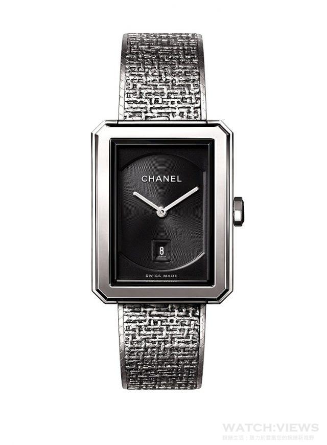 BOY.FRIEND 斜紋軟呢腕錶中型款 精鋼錶殼,26.7 x 34.6毫米,黑色扭索紋錶盤搭配日期盤,精鋼錶冠鑲嵌凸圓形黑色尖晶石,錶鍊以精鋼絲交織,壓印出品牌經典斜紋軟呢圖騰,雙層折疊式錶扣,高精準度石英機芯,時、分、日期顯示,防水30米,建議售價NTD165,000元。