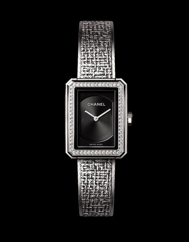 BOY.FRIEND 斜紋軟呢腕錶小型款精鋼錶殼,21.5 x 27.9毫米,精鋼錶圈鑲嵌62顆明亮式切割鑽石,約0.37克拉,黑色扭索紋錶盤,精鋼錶冠鑲嵌凸圓形黑色尖晶石,錶鍊以精鋼絲交織,壓印出品牌經典斜紋軟呢圖騰,雙層折疊式錶扣,高精準度石英機芯,時、分顯示,防水30米,另有精鋼錶圈款式,建議售價NTD273,000元。