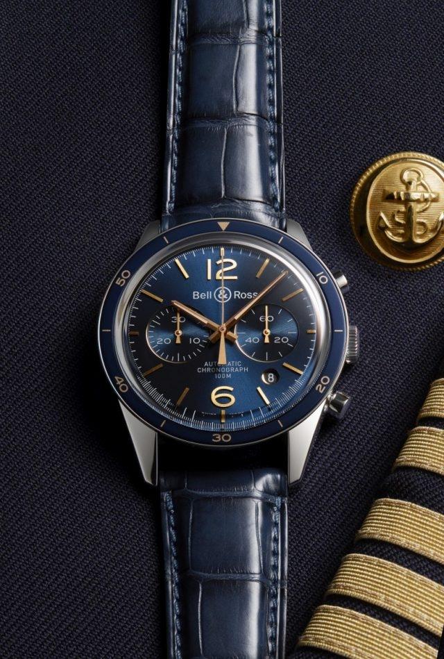 法國疾風(Rafale) 戰鬥機的海軍飛行員的官服儀態威嚴,制服的藍色象徵著海洋;徽章、飾邊與紐扣的金色則傳遞出莊重、高貴與榮耀之義。這種藍色、金色組合也見於VINTAGE BR AERONAVALE錶款上,海軍制服的所有標識和圖案均可見於這些錶款上。