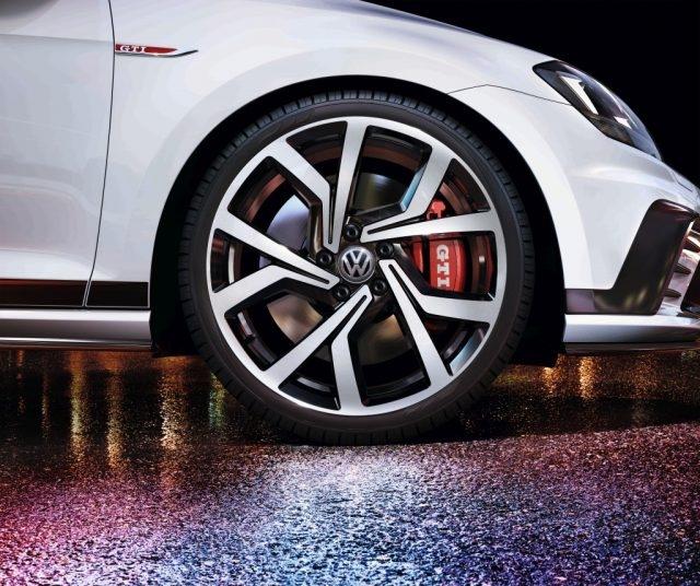 前衛且動感十足的外觀設計使Golf GTI Clubsport不容錯認,19吋Bres cia鋁合金輪圈、紅色煞車卡鉗含GTI字樣與大尺寸通風碟煞盤,擁有之精準操控,且兼具搶眼的戰鬥外貌。