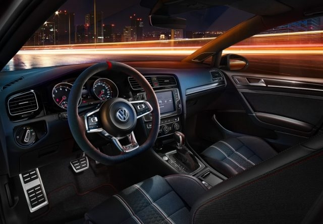 Golf GTI Clubsport搭載專屬紅色縫線附轉向飾條之競技式多功能麂 皮方向盤(附換檔撥片)、不鏽鋼雙前門門檻(含紅色GTI字樣) 、Honeycomb 40蜂巢式雙前座門邊、乘客座前飾板、專屬紅色飾條跑車式排檔頭 ,並輔以專屬數位單圈計時器,給予駕駛者最為直覺之運動化座艙感 受。