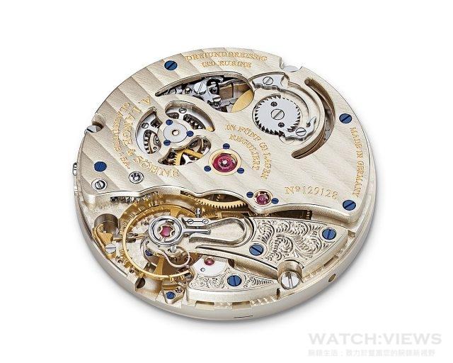L044.1型手上鍊機芯朗格錶廠自製,直徑31.6毫米,芝麻鏈傳動系統,抗震螺絲擺輪具平衡螺絲;自製擺輪游絲,振頻可達每小時21,600次,結合橫向固定螺絲和鵝頸式槓桿的精準微調系統;符合朗格最嚴格的品質標準,手工精心修飾並組裝;五方位精密調校;3/4夾板由未經處理的德國銀製造;手工雕刻擺輪夾板、擒縱輪、四番輪夾板,動力儲存36小時。