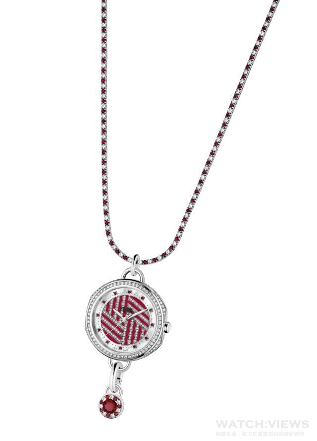 透過開創奢華製錶領域先河的獨家錶帶更換系統,Selleria 腕錶可變身為優雅的FENDI項鍊和墜飾。其中18K白金項鍊鑲嵌180顆白色藍寶石(約6.00克拉)和180顆紅色拓帕石(約5.50克拉);而18K白金墜飾則鑲嵌7顆白色藍寶石(約0.20克拉)和8顆紅色拓帕石(約1.20克拉)。