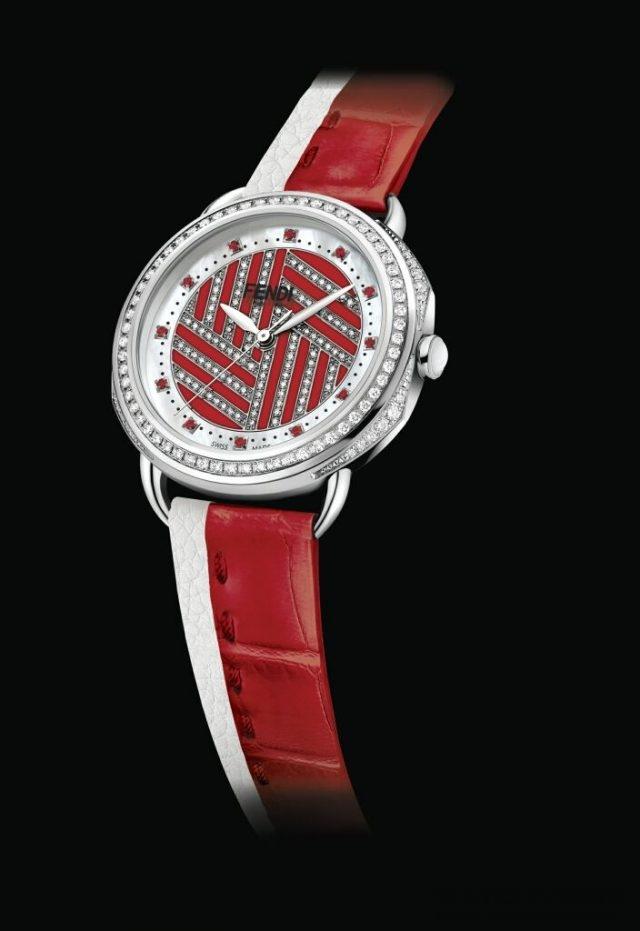 Selleria腕錶著名的縫綴圖案搭配別緻色彩,靈感來自卡爾拉格斐(karl Lagerfeld於1971設計Astuccio---FENDI最經典的皮草之一時的素描。