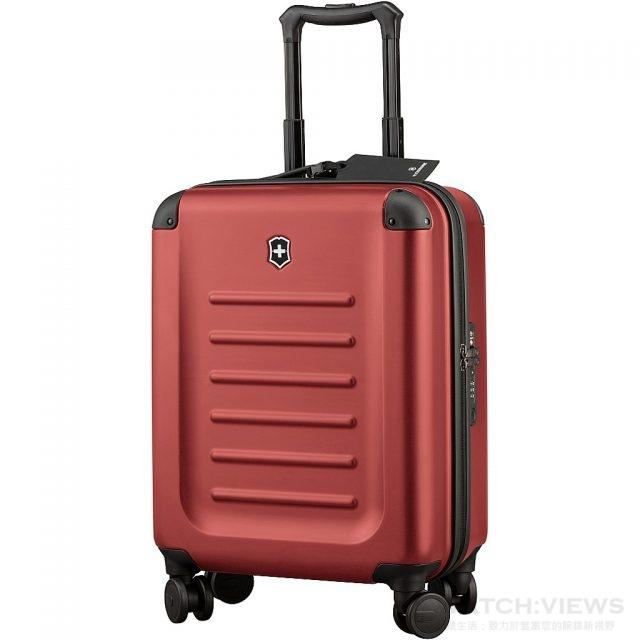 Spectra Global Carry-On 登機箱,15寸(寬) x 21.7寸(高) x 7.9寸(深) / 38公分(寬) x 55公分(高) x 20公分(深),重量:2.81 公斤,顔色:深綠色 / 橙紅色,售價:NT$ 13,700。