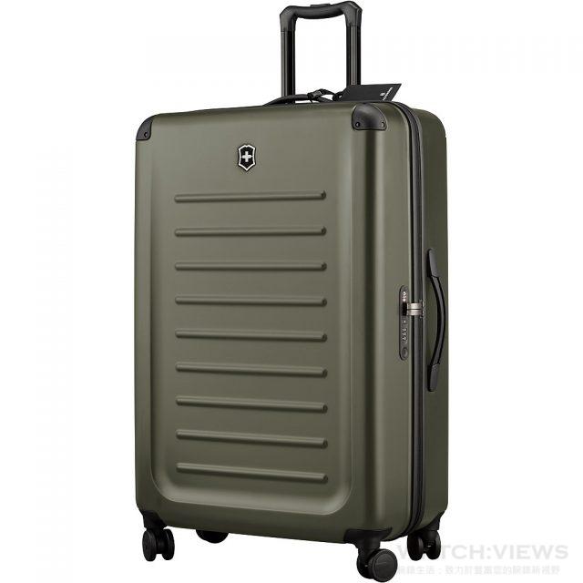 Spectra加大型8輪旅行箱 – 32吋22寸(寬) x 32.3寸(高) x 11.4寸(深) / 56公分(寬) x 82公分(高) x 29公分(深),重量:4.6 公斤,顔色:深綠色 / 橙紅色,售價NT$ 20,300。