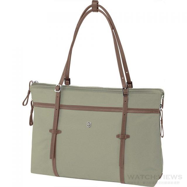 Victoria 系列 Sage 側背托特包顔色:月桂綠色,售價NT$ 7,300。