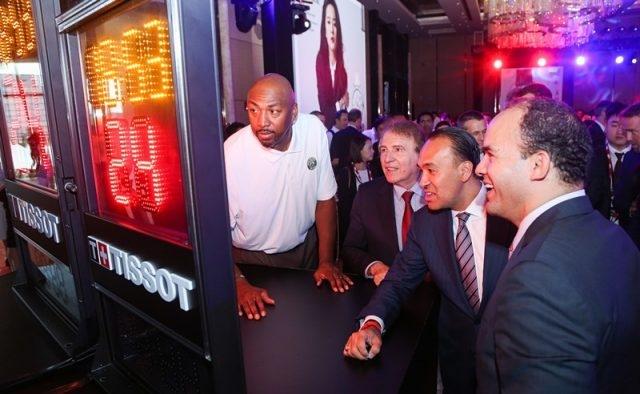 天梭表全球總裁弗朗索瓦·添寶先生與NBA傳奇巨星文·貝克參觀天梭表全新NBA計時器。