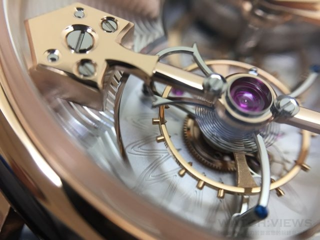 七弦琴造型陀飛輪框架,是芝柏表陀飛輪最具識別度的設計,承載著擒縱系統旋轉的纖細框架以弧形線條勾勒出優美的身形
