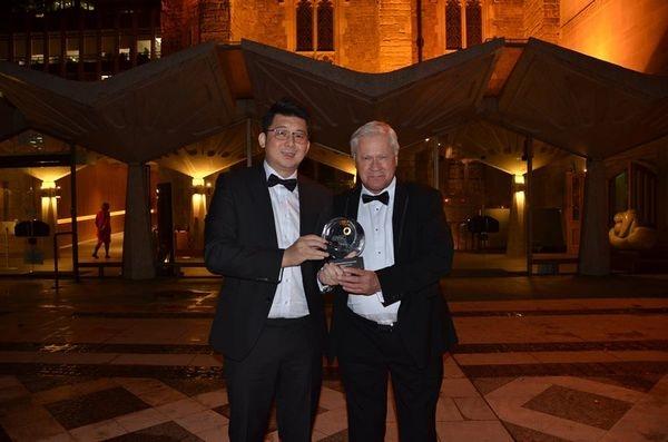 KAVALAN首席調酒師張郁嵐(左)與酒廠顧問Dr. Jim Swan開心展示IWSC世界威士忌酒廠冠軍獎牌。