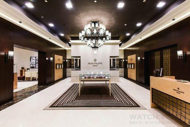 位於台北101 購物中心的高登鐘錶百達翡麗專賣店具有十分大氣的門面,寬敞程度比尋常店面多出三倍有餘。自2014 年開幕以來便享有「全球最大」百達翡麗專賣店的美譽。