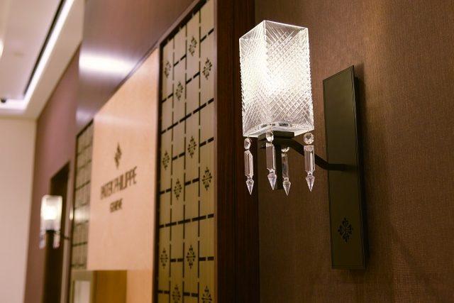 如同腕錶一樣,高登鐘錶台北101 百達翡麗專賣店內充滿諸多細節,比如奢華的Baccarat 水晶燈,以精湛的水晶工藝散發光的藝術。