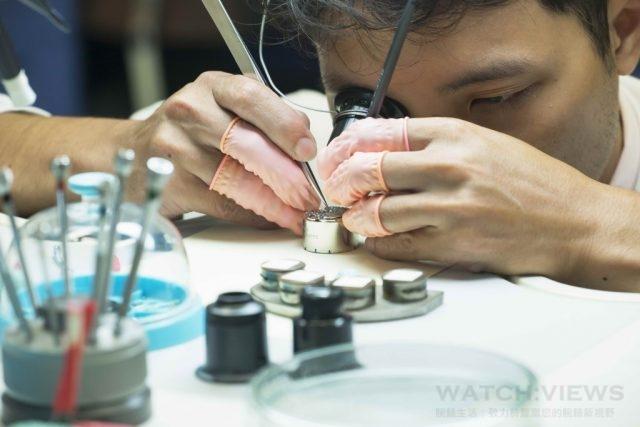 百達翡麗維修師在無塵環境中拆解與組裝機芯