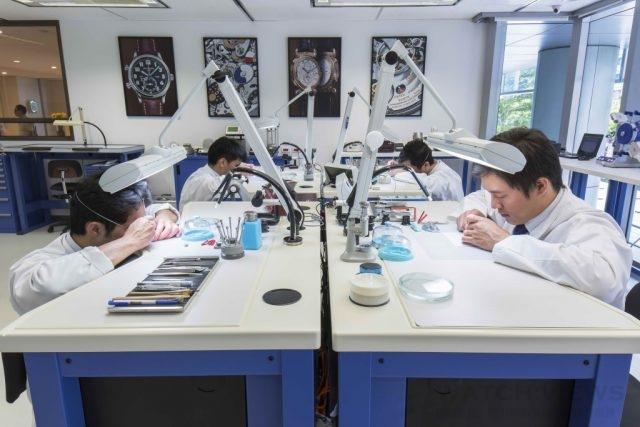 百達翡麗維修師聚精會神地以各式工具拆解、檢視精密機芯。