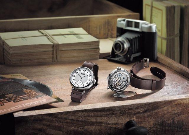 天梭1936經典復刻男款腕錶是對天梭表於1936年推出的產品系列中一款腕錶的重新演繹。皮錶帶真實地還原了首批腕錶,品質優越的棕色皮錶帶採用美觀的乳白色縫線細節裝飾,這種裝飾同時有加固錶帶的作用。拆除錶帶後,錶底蓋可以打開,方便觀賞手動上鍊機械機芯 的美妙運作及其細膩動人的設計。