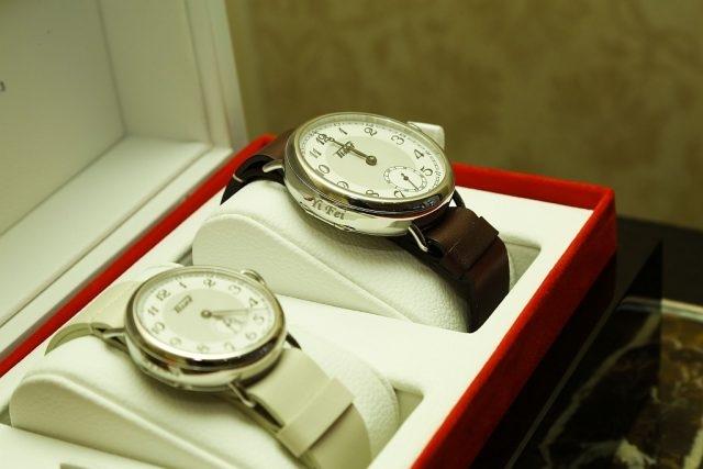 圖十一天梭表贈予劉亦菲天梭1936經典復刻刻字對錶,男裝腕錶刻有「Yi-fei」,女裝腕錶則刻有「My Love」。