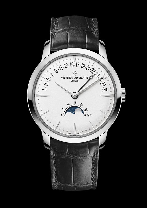 Patrimony月相和逆跳日曆錶18K白金錶殼,直徑42.5毫米,厚度9.7毫米,銀乳白色錶盤,小時、分鐘、逆跳日曆、精密月相、月齡,2460 R31L自動上錬機械機芯,由江詩丹頓自行研發並製造,動力儲存約40小時,日內瓦印記認證,黑色雙層密西西比鱷魚皮錶帶。