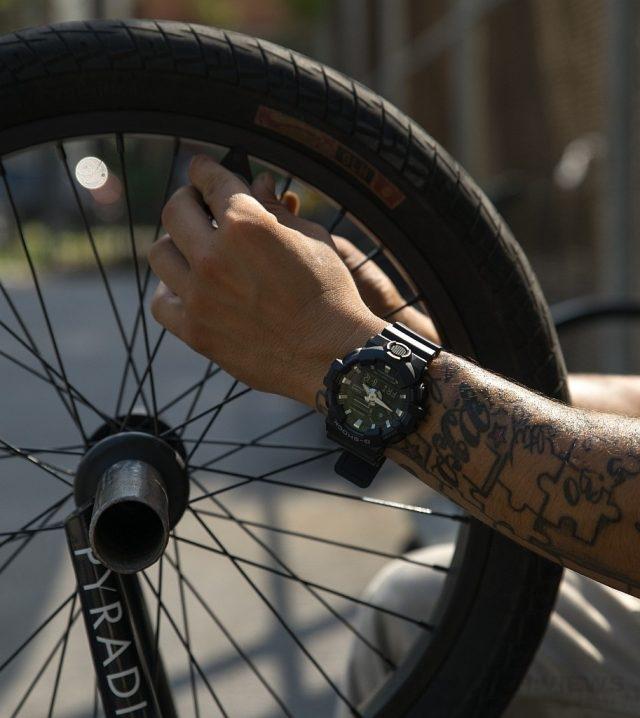 GA-700全新系列與紐約知名的藝術家、設計師、饒舌歌手、職業極限運動選手及滑板公司合作拍攝品牌LOOK BOOK,內容強調G-SHOCK大膽創新且不設限的態度,圖示主角為極限單車選手Nigel Sylvester。