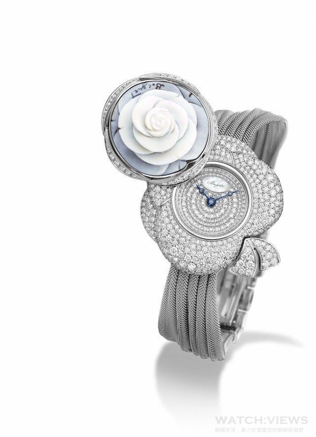 Secret de la Reine高級珠寶錶圓形錶殼以18K白金鑄造,鑲嵌獨特手工雕刻貝殼浮雕裝飾,以及鋪鑲431圓形鑽石的花結,推開旋軸可以讀取時間。表盤凸緣鑲有48顆鑽石;鍍銀18K金錶盤,鑲有116個鑽石,寶璣白貝母名牌章置於12時位,針尖鏤空寶璣藍鋼指針;自動上鏈機芯,帶有獨立編號及寶璣簽名。586機芯,6¾法分,29顆寶石承軸,38小時動力儲備。直線式瑞士槓杆擒縱機構,矽質扁平擺輪游絲,3 赫茲振頻,熱褶皮錶帶 配鑲以26顆圓鑽折叠錶扣,總鑲鑽約3 克拉,建議售價 NTD 2,973,000。