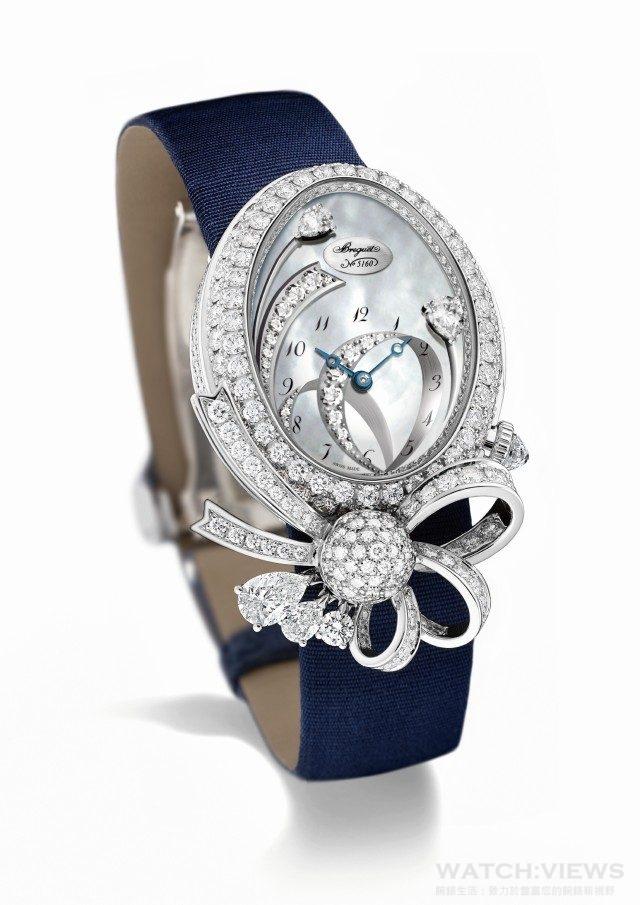 Le Désir de la Reine高級珠寶錶錶殼以18K白金鑄造,鑲嵌146顆圓形鑽石,錶盤凸緣鑲有66顆圓鑽,蝴蝶結則鑲以110顆圓鑽。錶冠飾以一顆三角形刻面的梨形鑽石;鍍銀18K金錶盤,飾有白貝母及以18顆圓形鑽石及兩顆梨形鑽石組成的蝴蝶結。針尖鏤空寶璣藍鋼指針;自動上鍊機芯,帶有獨立編號及寶璣簽名。586機芯,6 ¾法分,29顆寶石承軸,38小時動力儲備,直線式瑞士槓杆擒縱機構,矽質扁平擺輪游絲,3赫茲振頻,經6個不同方位調校,絲緞錶 配鑲以26顆圓鑽折疊錶扣,總鑲鑽約5.2克拉,建議售價 NTD 4,591,000。